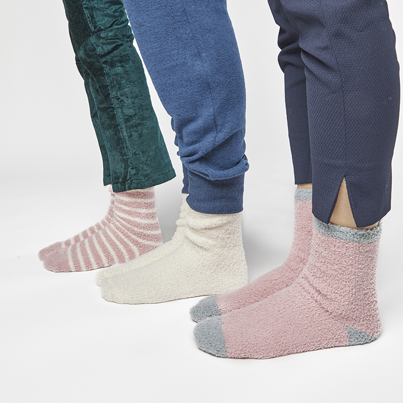 summer-and-rose-aspen-cozy-socks-pink-lifestyle-2