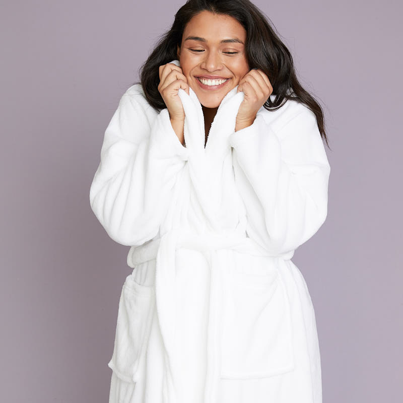 wrapped-in-a-cloud-robe-white-lifestyle-2_1552886733.3319
