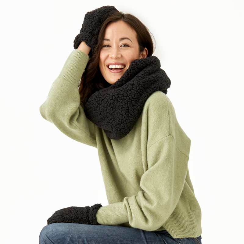 summer-and-rose-teddy-scarf-and-gloves-set-black-wt19-lifestyle-1_1571174117.1207