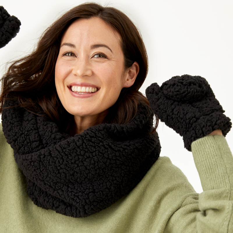 summer-and-rose-teddy-scarf-and-gloves-set-black-wt19-lifestyle-2_1571174118.7599